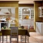 Os móveis antigos deixam a cozinha charmosa e aconchegante.  (Foto:Divulgação)