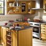 Cozinha decorada com mobília antiga de madeira.  (Foto:Divulgação)