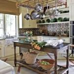 Os móveis antigos deixam a cozinha com um charme especial.  (Foto:Divulgação)
