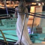 O vestido branco de Avril foi usado na pré-festa (Foto: Divulgação)