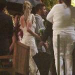 O vestido de noiva é comportado e repleto de detalhes. (Foto:Divulgação)