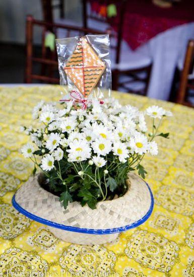 Chapéu de palha como centro de mesa (Foto: Divulgação)