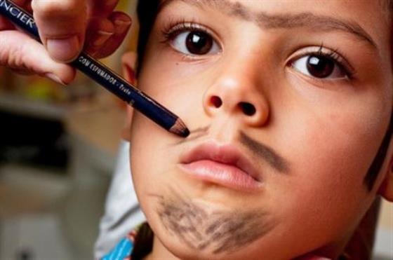 Com sobrancelhas juntas, barba, bigode, cavanhaque e costeletas o caipirinha ficará lindo. (Foto: divulgação)