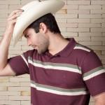 Os homens podem substituir a camisa de botões por uma polo. (Foto:Divulgação)