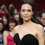 Angelina Jolie usando um par de brincos de esmeralda. (Foto:Divulgação)