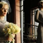 O modelito da noiva explora a cor branco acinzentado. (Foto::Divulgação)