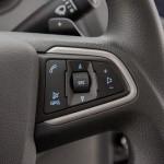 O volante multifuncional traz controles para o rádio, telefone e piloto automático (Foto: Divulgação)