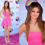Vestido curto e pink de Selena Gomez. (Foto:Divulgação)
