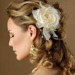Penteado simples, com flor delicada (Foto: Divulgação)
