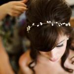 Tiara delicada, em penteado vintage (Foto: Divulgação)