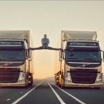 Van Damme faz espacate entre caminhões em comercial