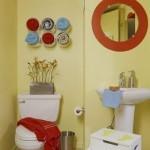 Cores contrastantes, em banheiro simples e pequenos (Foto: Divulgação)