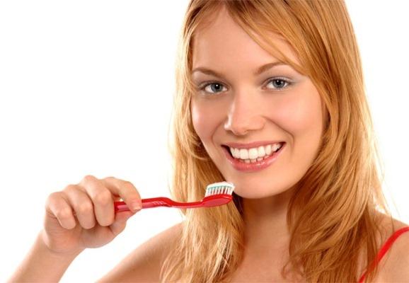 Cremes dentais que clareiam são mais abrasivos do que os comuns (Foto: Divulgação)