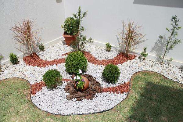 pedras jardins pequenos:Pedras brancas, intercaladas com casca de madeira e pedra escura (Foto