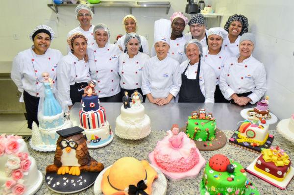 Vários tipos de bolos, tortas, recheios e mousses são ensinados no curso de confeitaria do SENAI (Foto: Divulgação)