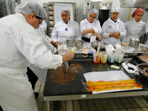 Durante as aulas, os alunos aprendem a produzir vários produtos de confeitaria, seguindo normas rígidas de qualidade e segurança alimentar (Foto: Divulgação)