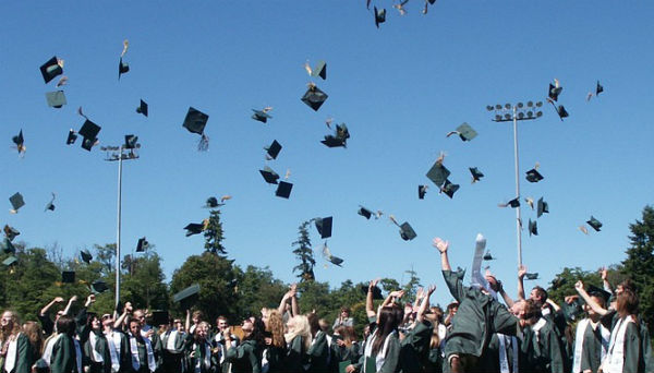 Muitas pessoas tem conquistado seus diplomas estudando à distância.