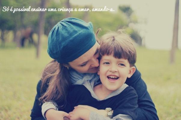 A melhor forma da criança aprender a amar é recebendo amor. (Foto: Divulgação)