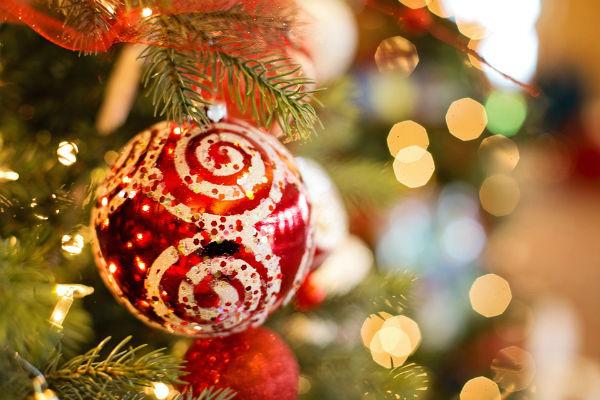 Nessas lojas, não faltam opções de objetos para a decoração natalina (Foto: Divulgação)