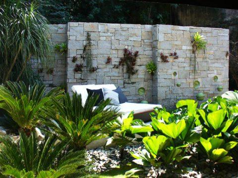 Jardim suspenso deixa qualquer ambiente muito mais charmoso (Foto Divulgação: Casa/ Abril)