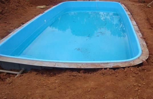 A instalação da piscina de fibra requer mão-de-obra especializada. (Foto: Divulgação)