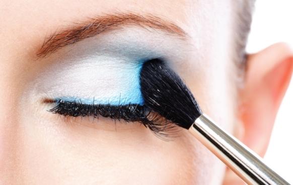 A sombra azul deixa o olhar em destaque na maquiagem. (Foto Ilustrativa)