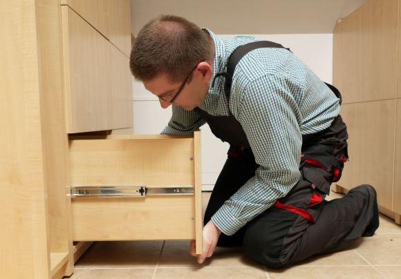 Os alunos aprendem a realizar a montagem sem interferir nas características dos móveis. (Foto Ilustrativa)