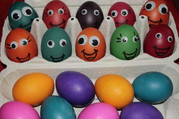 Ovos de galinha pintados com carinha (Foto Divulgação: Pixabay)