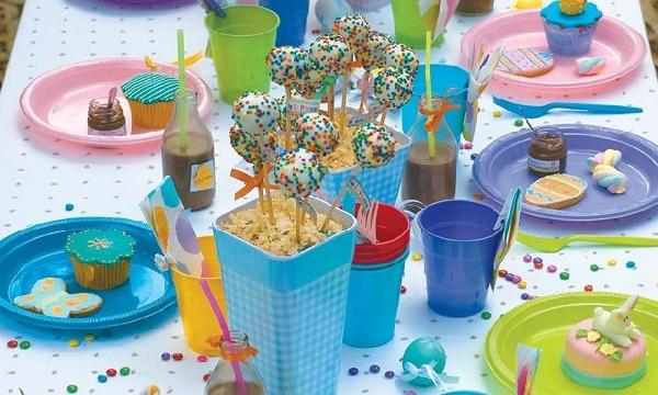 Pratinhos e copos coloridos deixam a mesa de Páscoa muito mais divertida (Foto Divulgação: MdeMulher)