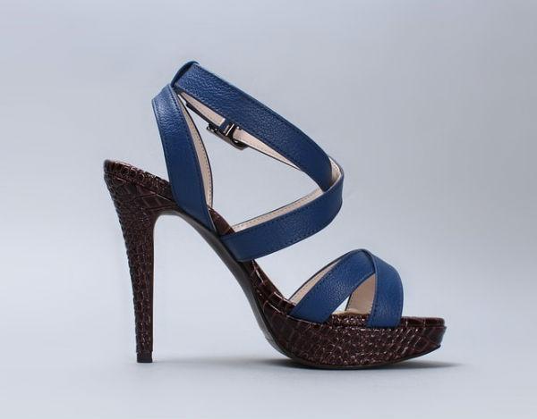 É fundamental que o modelo de sapato combine com o vestido. (Foto: Divulgação)