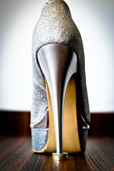 Sandálias refinadas usadas com vestido longo. (Foto: Divulgação)