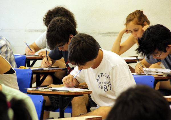 A redação do ENEM ocorre no segundo dia de prova (Foto: Divulgação Exame/Abril)