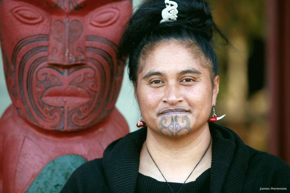 Tatuagem no rosto da maori (Foto: Site Terra)