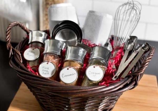 Para namorados que gostam de cozinhar uma cesta bem bolada pode ser o presente ideal (Foto: Divulgação MdeMulher)