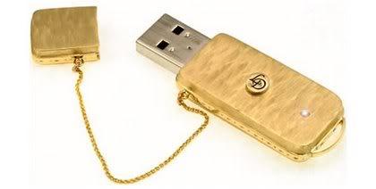 Uma joia um Pen Drive de ouro com as músicas preferidas (Foto: Divulgação)