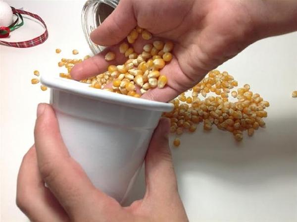 Encha o vaso com grãos de pipoca (Foto: Divulgação)