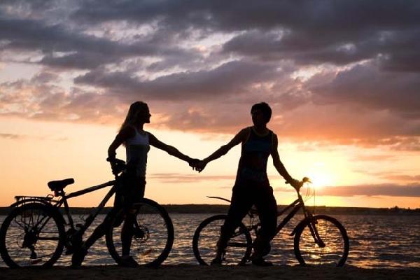 Um passeio de bicicleta e ver o pôr do sol é um momento mágico (Foto: Divulgação MdeMulher)