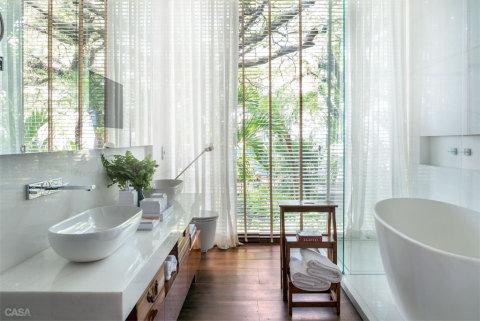 Banheiro com janela grande (Casa/Abril)