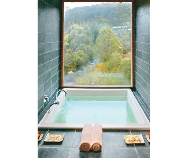 Banheira revestida com azulejos (Foto Divulgação: Casa/Abril)