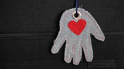 Chaveiro com mãozinhas de tecido (Foto: Divulgação)