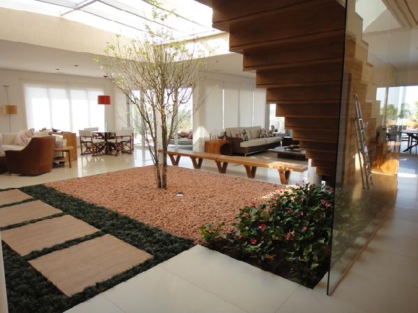 Plantas em baixo do vão da escada (Foto Divulgação: Casa Linda)
