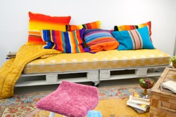 Sofá colorido com pallets. (Foto: Reprodução/ 101pallets)