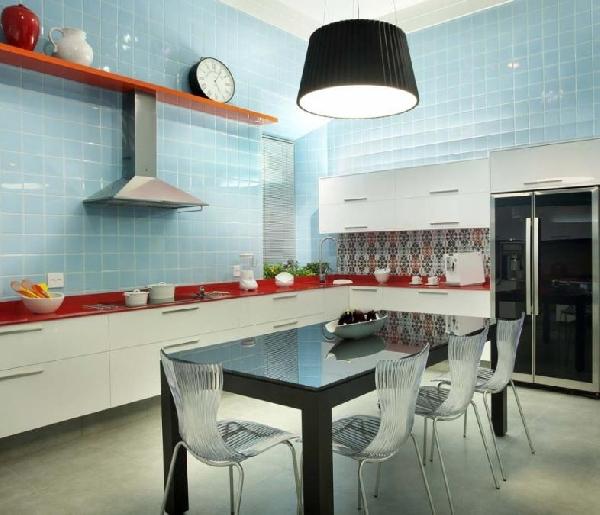 Cozinha decorada com duas cores distintas (Foto Divulgação: MdeMulher)
