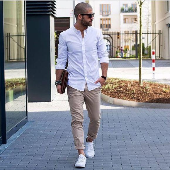 Look bem moderno e descontraído com calça colorida (Foto Ilustrativa)