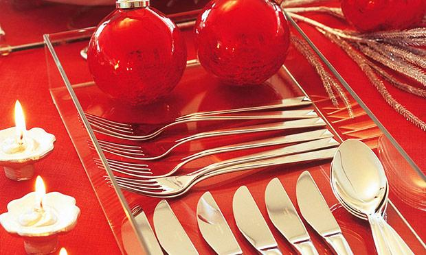 Decoração para ceia de Natal com vermelho e prata (Foto: Mdemulher)