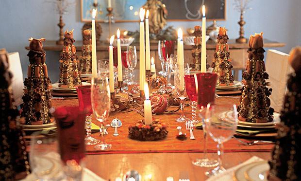 Velas para decorar a mesa da ceia de Natal (Foto: Mdemulher)