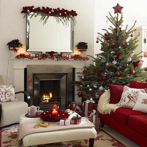 Sala com árvore e bem decorada (Foto: Divulgação)