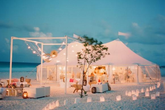 Linda decoração de casamento praiano. (Foto: Reprodução/ Brides)