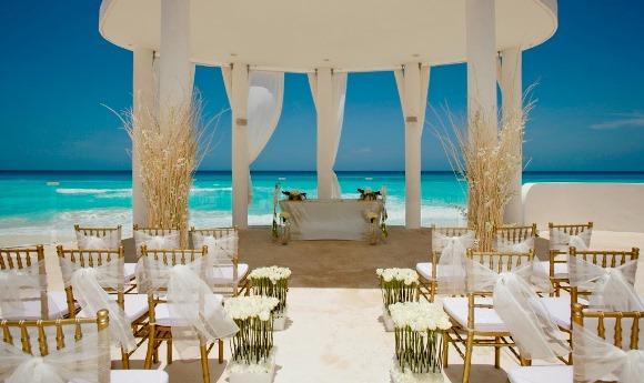 Ambiente decorado para casamento na praia. (Foto: Reprodução/homeroomdesigns)
