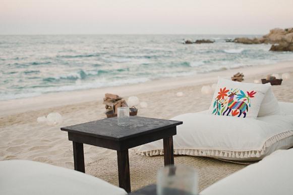 Lounge montado na areia da praia. (Foto: Reprodução/ Onewed)
